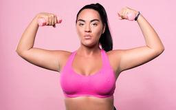 mulher-gorda-agradável-que-faz-exercícios-do-esporte-82567391